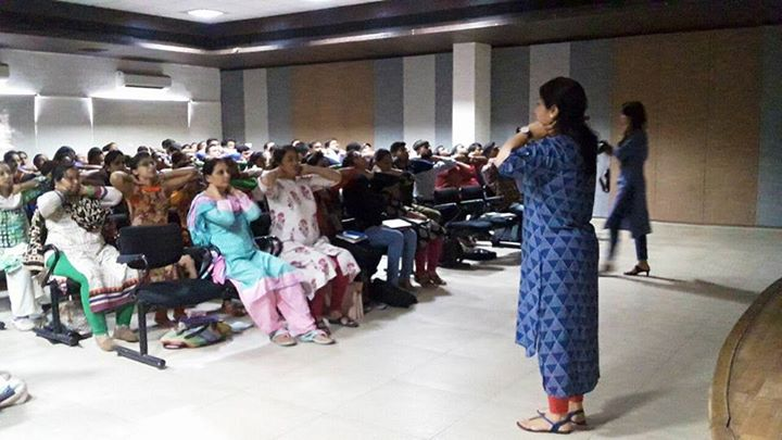 Dr. Disha Shah taking Ergonomics Workshop for 150 Doctors from All Gujarat. #MissionHealth #SpineClinic #SpecialisedPhysio #MoreThan500000PeopleEducatedOnSpine #MoreThan20000SpinePatientsTreated #SlippedDiscDoNotPanic #SayNoToNeckBackArmLegPainSciatica #10GloriousYears #MovementisLife